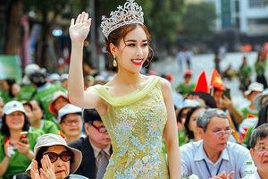 Hoa hậu Stella Đào cùng 700 người tham gia diễu hành trên phố đi bộ