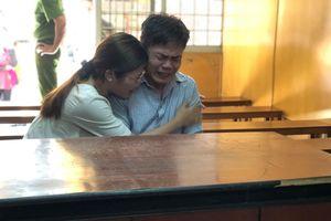 Chồng giết vợ, con ôm cha bật khóc tại tòa