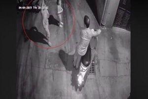Hà Nội: Trích xuất camera phục vụ điều tra nghi vấn người đàn ông sàm sỡ 2 bé gái trong ngõ tối