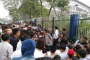 Làm visa đi Hàn Quốc: Hàng nghìn người chen chúc đứng chờ, cả dãy phố tắc nghẽn