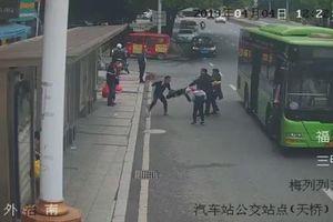 Nữ cảnh sát gửi con cho người thân, chạy bộ đuổi bắt tên trộm suốt 1km