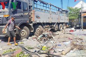 Xe tải tông vào quán nước mía, 3 người trong một gia đình nhập viện
