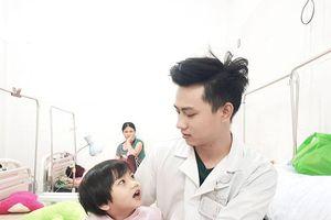 Nam sinh trường Y 'gây sốt' mạng với bức ảnh chăm sóc bệnh nhân nhí