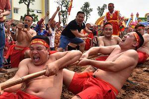 Độc đáo lễ hội 'kéo co ngồi' của trai tráng Long Biên, Hà Nội
