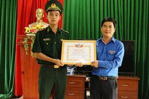 Tặng bằng khen 'Thanh niên sống đẹp' cho Trung úy Biên phòng