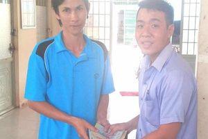 Kỹ sư nông nghiệp vui mừng khi nhận lại ví tiền từ tay thầy giáo làng