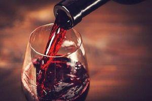 Uống 1 chai vang tăng nguy cơ mắc ung thư ngang hút 10 điếu thuốc