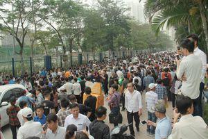 Hàng ngàn người đội nắng, vạ vật chờ làm visa trước Phòng Lãnh sự Hàn Quốc
