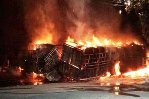 CLIP: Hai ô tô bốc cháy dữ dội, 2 người bị thiêu cháy, quốc lộ tắc kinh hoàng