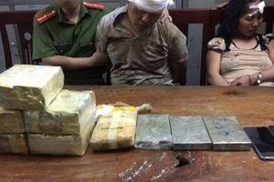 Trưởng bản và vợ người Lào bị bắt quả tang khi bán 2 bánh heroin
