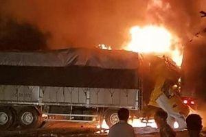 Xe khách tông xe tải: 2 người chết cháy trong cabin