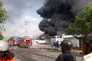 Khói lửa cuồn cuộn bao trùm nhà xưởng hàng nghìn m2 ở khu công nghiệp giáp ranh Sài Gòn