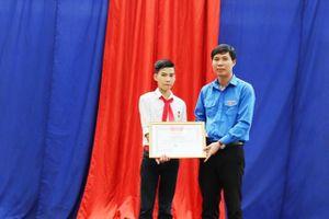 Trao huy hiệu 'Tuổi trẻ dũng cảm' cho nam sinh cứu 3 em nhỏ đuối nước ở Thanh Hóa