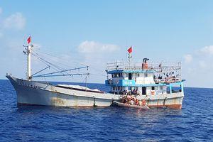 Cấp cứu thuyền trưởng liệt nửa người trên tàu cá giữa biển