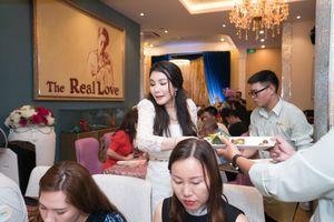 Rời sân khấu, Hồ Quỳnh Hương bất ngờ làm phục vụ bàn