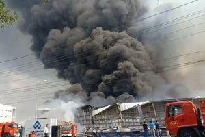 Kho hàng phát cháy dữ dội, nhiều container bị thiêu rụi