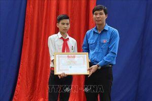 Trao huy hiệu 'Tuổi trẻ dũng cảm' cho học sinh cứu 3 bạn đuối nước ở Thanh Hóa