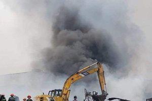 Hiện trường vụ cháy 4 nhà kho trong KCN, hơn 8 tiếng lửa vẫn còn âm ỉ