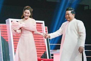 'Ngọc nữ Bolero' thân mật khoác tay Quang Lê, hát nhạc chế dụ thí sinh