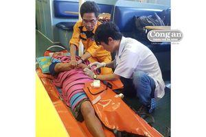 Cấp cứu, đưa thuyền viên bị bệnh nặng trên biển về đất liền