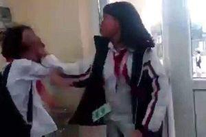 Lại xôn xao clip nữ sinh cấp 2 đánh bạn dã man ngay tại lớp