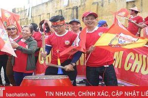 Cổ động viên Hà Tĩnh lên đường 'nhuộm đỏ' thành Vinh