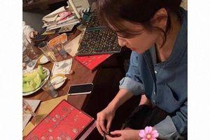 CLIP: Song Hye Kyo gắn tên ông xã Song Joong Ki lên túi xách