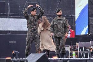 V.I.P bồi hồi khi một nửa BIG BANG sánh vai cùng nhau trên sân khấu hậu Seungri rời nhóm vì scandal 'động trời'