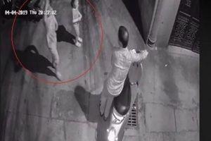 Cơ quan công an triệu tập kẻ tình nghi dụ 2 bé gái vào hẻm tối để dâm ô