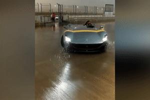 Siêu xe mui trần triệu đô Ferrari thê thảm vì dính mưa