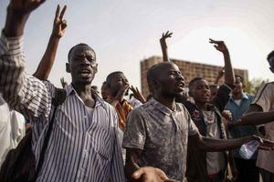 Lật tổng thống xong, dân Sudan biểu tình phản đối quân đội nắm quyền