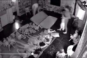 Bức xúc hình ảnh giáo viên mầm non xách trẻ ném xuống chiếu ngủ
