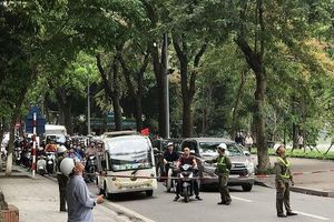 Cắt tỉa cây xanh giờ cao điểm, người dân Hà Nội lo ngại tắc đường