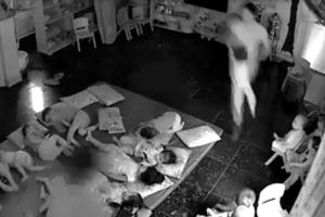 Hai cô giáo quăng trẻ mầm non 'như bốc hàng' khi sắp xếp chỗ ngủ