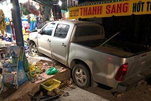 Người đàn ông nước ngoài lái ô tô gây náo loạn phố, 3 người nhập viện