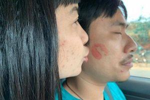 Công khai hôn Kiều Minh Tuấn, Cát Phượng gây chú ý vì dấu vết thời gian 'in hằn' trên mặt