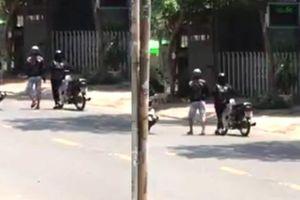 Clip chàng trai để bạn gái dắt xe máy hết xăng dưới trời nắng nóng