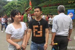 Ăn mặc phản cảm, du khách bị mời ra khỏi cổng Đền Hùng