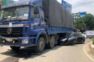 Xe tải cuốn 'xế hộp' vào gầm, tài xế may mắn thoát chết