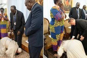 Giáo hoàng hôn chân các lãnh đạo Nam Sudan kêu gọi gìn giữ hòa bình