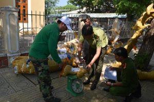 Xe bưu phẩm chở gỗ trái phép trên cao tốc Đà Nẵng – Quảng Ngãi