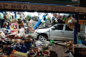 Clip: Ô tô tông xe máy rồi lao vào cửa hàng tạp hóa, người phụ nữ ngồi trong nhà gặp họa