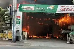 Khói lửa dữ dội tại gara ô tô ở Sài Gòn, nhiều xe bị thiêu rụi