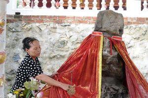 Chuyện tình cảm động bên bức tượng đá lạ ở đền Ông, động Bà