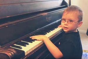 11 tháng tuổi, cậu bé mù đã biết tự đánh piano, 6 tuổi trình diễn trước công chúng