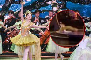 Địch Lệ Nhiệt Ba té nhào khi múa mở màn Liên hoan phim Bắc Kinh