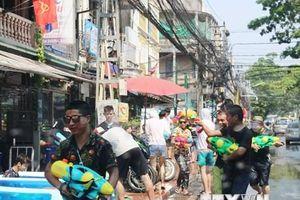 Hình ảnh người dân Lào tưng bừng đón Tết cổ truyền Bun Pi Mày