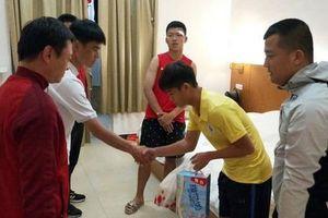 Cầu thủ U17 Hà Nội đến bệnh viện xin lỗi sau khi đấm đồng phải khâu 6 mũi