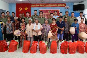 Trao quà cho gia đình chính sách, hộ Khmer nghèo tại Sóc Trăng
