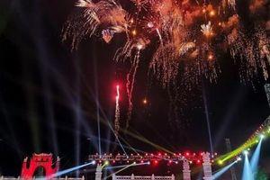 Lung linh pháo hoa chào mừng khai mạc Lễ hội Đền Hùng 2019